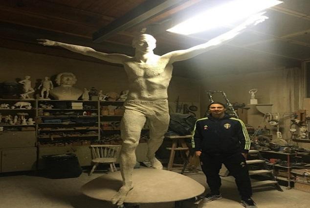 Zlatan Ibrahimovic poses with 'the statue of Zlatan' 1
