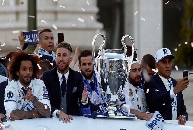 Photo: Real Madrid Return To The Street Of Madrid As Living 'Legends' 13