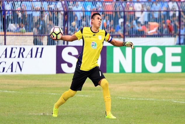 "Tragic ! Legendary Indonesian Goalkeeper ""Choirul Huda"" Dies After Collision With Teammate 3"