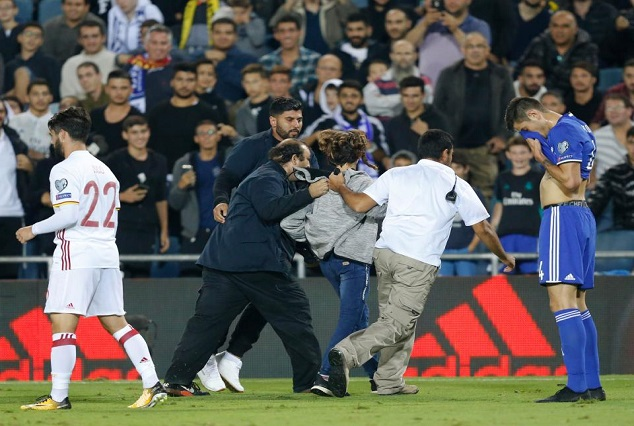 Isreal Pitch Invader Approach Isco With A knife 5