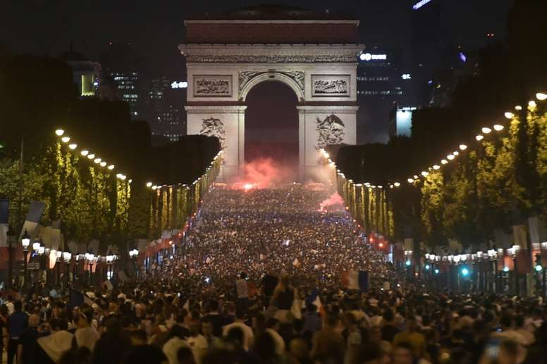 Russia 2018 : Over 20,000 Parisians Celebrates France's March To The World Cup Final 9